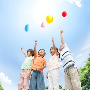 風船を持った日本人の子供達の写真素材 [FYI01900960]