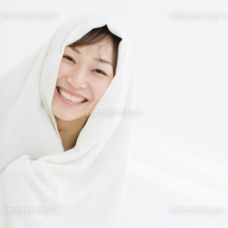 タオルをかぶった日本人女性の写真素材 [FYI01900966]