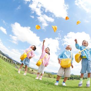帽子を飛ばす日本人の幼稚園児達の写真素材 [FYI01901110]