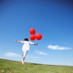風船を持つ女の子の写真素材 [FYI01901145]
