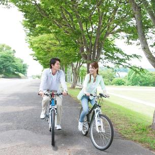 サイクリングを楽しむカップルの写真素材 [FYI01901244]