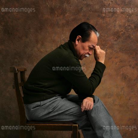 額に手を当てて考える男性の写真素材 [FYI01901319]
