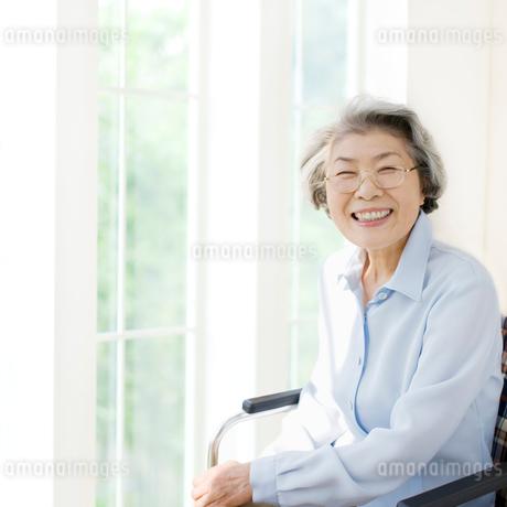 車椅子の女性の写真素材 [FYI01901320]