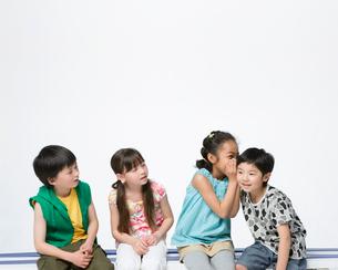 笑顔の4人の子供の写真素材 [FYI01901413]