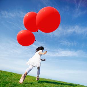 風船を持つ女の子の写真素材 [FYI01901484]