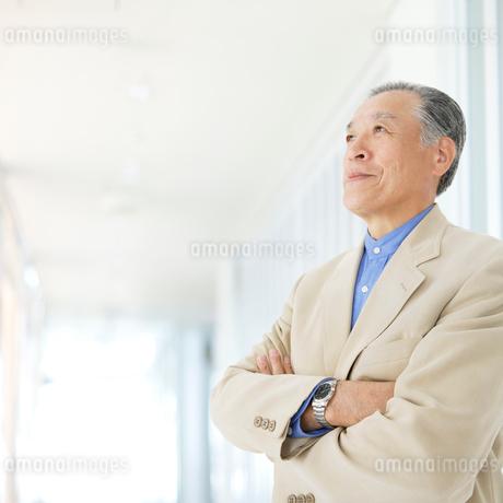 腕を組んだシニア男性の写真素材 [FYI01901690]