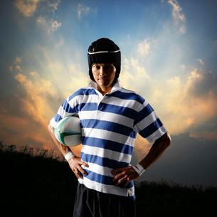 腰に手をあてたラグビー選手の写真素材 [FYI01901736]
