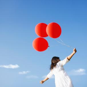 風船を持つ女の子の写真素材 [FYI01901746]