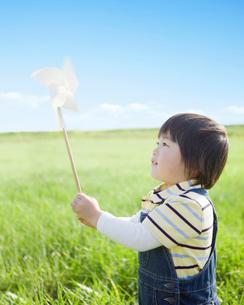 風車で遊ぶ日本人の男の子の写真素材 [FYI01901869]