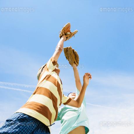 野球をする2人の男の子の写真素材 [FYI01901997]