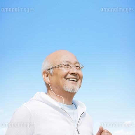 音楽を聴くシニア男性の写真素材 [FYI01902042]