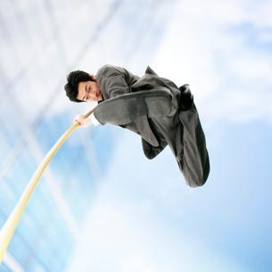 棒高跳びをするビジネスマンの写真素材 [FYI01902061]