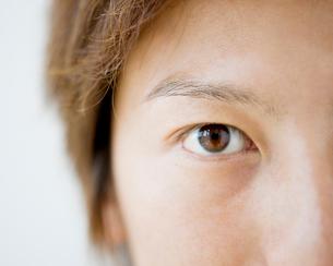 日本人男性の目のアップの写真素材 [FYI01902129]