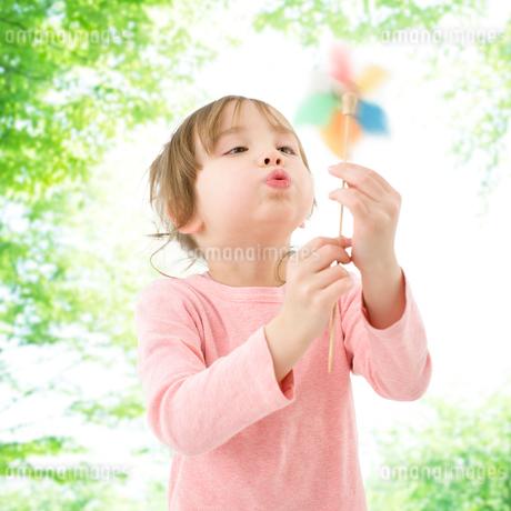 風車で遊ぶハーフの女の子の写真素材 [FYI01902138]