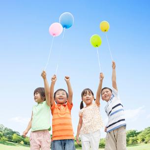風船を持って立つ日本人の子供達の写真素材 [FYI01902229]