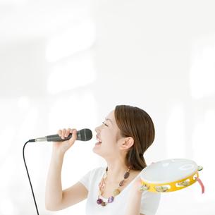 マイクを持って歌う日本人女性の写真素材 [FYI01902267]