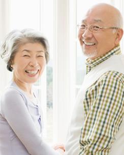 笑顔の日本人シニア夫妻の写真素材 [FYI01902380]