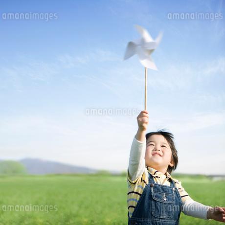 風車で遊ぶ日本人の男の子の写真素材 [FYI01902444]