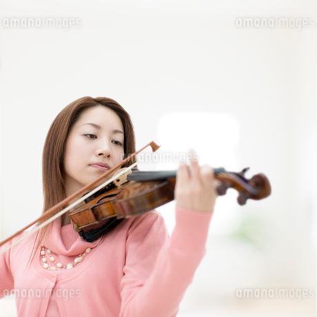 バイオリンを弾く日本人女性の写真素材 [FYI01902720]