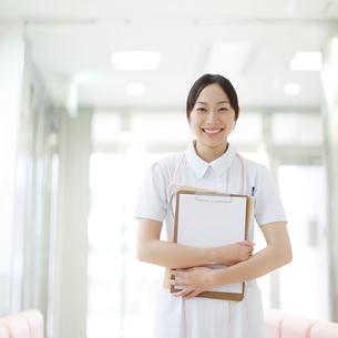 書類を持つ看護師の写真素材 [FYI01902724]