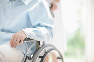 車椅子に乗る患者の写真素材 [FYI01902735]