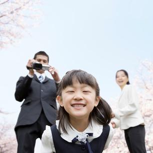 かがみ込んで笑う女の子の写真素材 [FYI01902812]