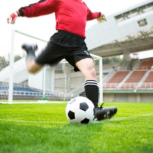 サッカーボールを蹴るゴールキーパーの写真素材 [FYI01902835]