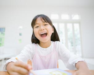 口を開けた女の子の写真素材 [FYI01902847]