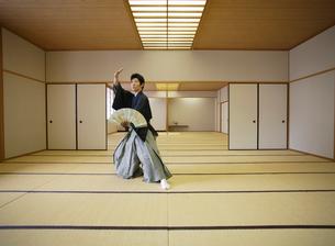 日本舞踊の稽古をする若い男性の写真素材 [FYI01902890]