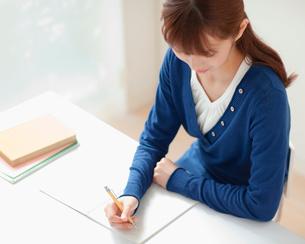 勉強する女性の写真素材 [FYI01902893]
