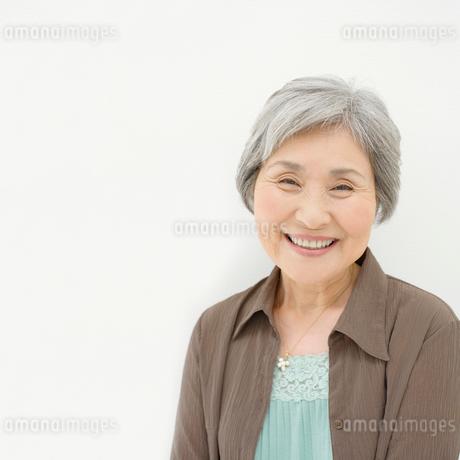 微笑んで立つ女性の写真素材 [FYI01902915]
