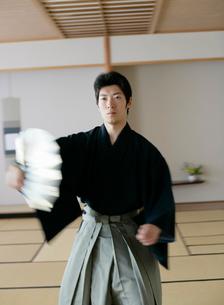 日本舞踊の稽古をする若い男性の写真素材 [FYI01902936]