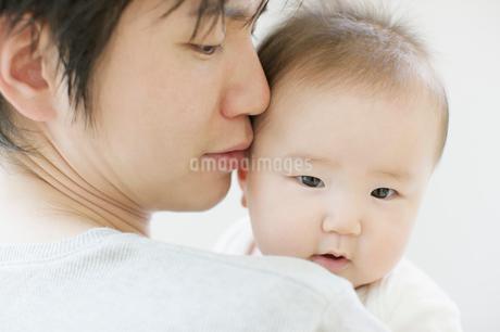 赤ちゃんと父の写真素材 [FYI01902941]
