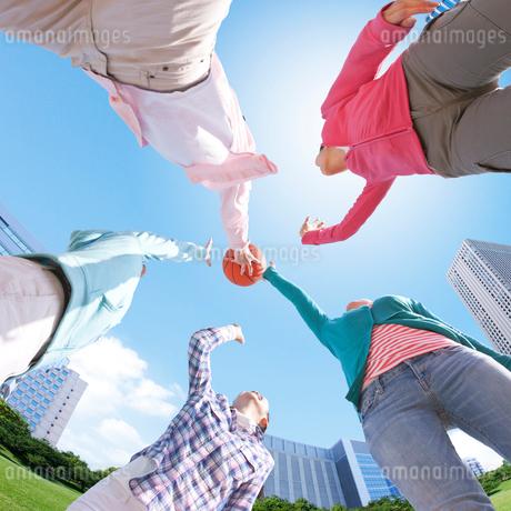 バスケットボールを上に投げる若者達の写真素材 [FYI01902962]
