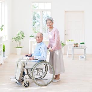車椅子に座る男性と付き添う女性の写真素材 [FYI01903106]