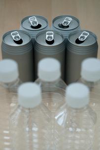 空き缶とペットボトルの写真素材 [FYI01903206]