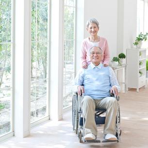 車椅子に座る男性と付き添う女性の写真素材 [FYI01903220]