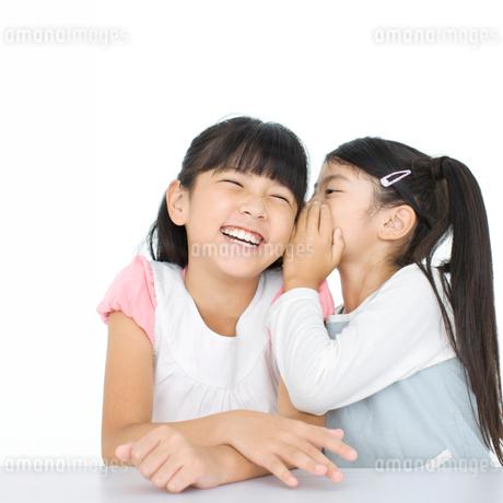 内緒話をする2人の女の子の写真素材 [FYI01903402]