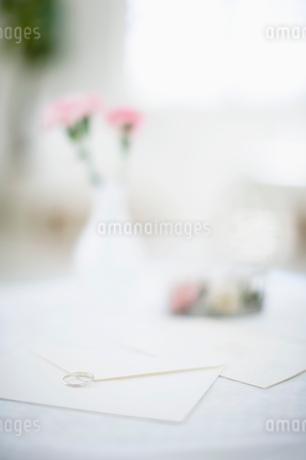 指輪と封筒の写真素材 [FYI01903413]