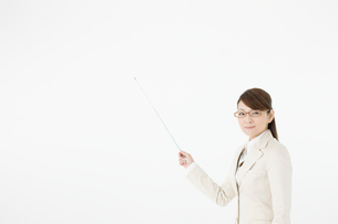 指し棒を持つビジネスウーマンの写真素材 [FYI01903435]