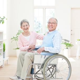 車椅子に座る男性と付き添う女性の写真素材 [FYI01903498]