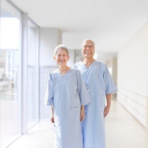 健康診断を受けるシニア夫妻の写真素材 [FYI01903607]