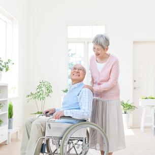 車椅子に座る男性と付き添う女性の写真素材 [FYI01903828]