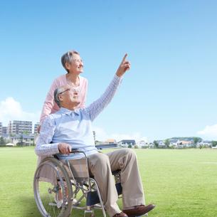 車椅子に座る男性と付き添う女性の写真素材 [FYI01903890]