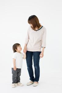 立ち姿の母と子の写真素材 [FYI01903947]