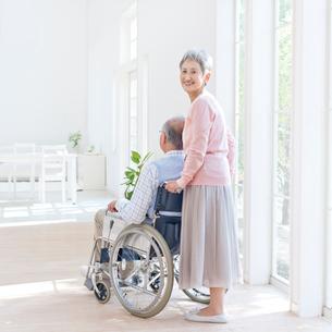 車椅子に座る男性と付き添う女性の写真素材 [FYI01903994]