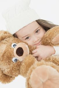 ぬいぐるみを抱きしめる女の子の写真素材 [FYI01904079]