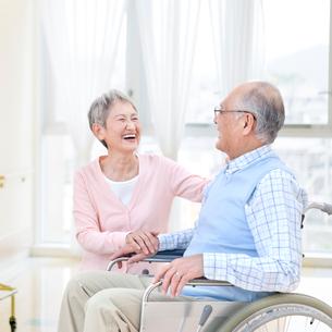 車椅子に座る男性と付き添う女性の写真素材 [FYI01904108]