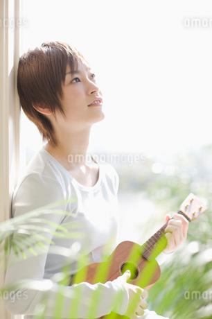 ウクレレを弾く女性の写真素材 [FYI01904146]