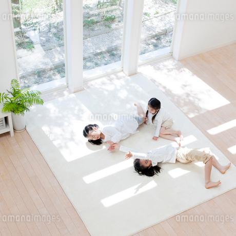 リビングで遊ぶ日本人の姉妹の写真素材 [FYI01904255]